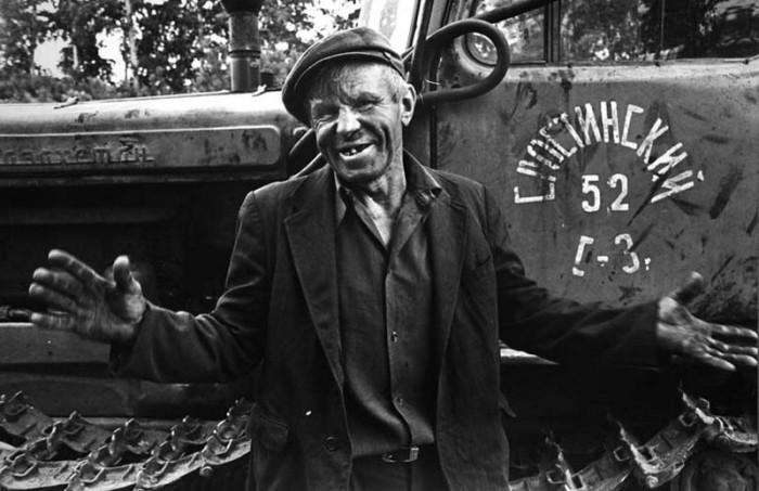 Тракторист - главный человек на поле и на стройке.