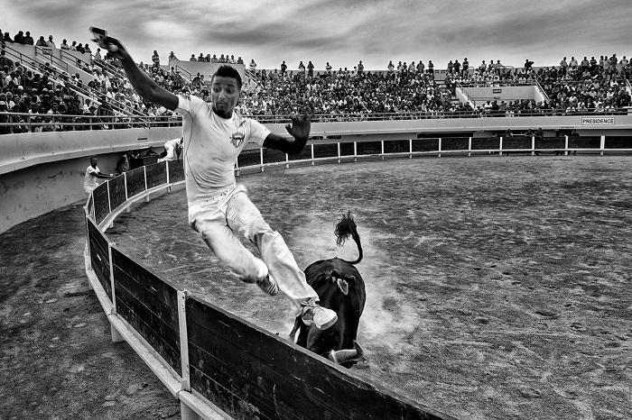 Динамический снимок участника гонки Камаргезе, созданный итальянским фотографом Джузеппе Бернини (Giuseppe Bernini), был отмечен поощрительной премией.