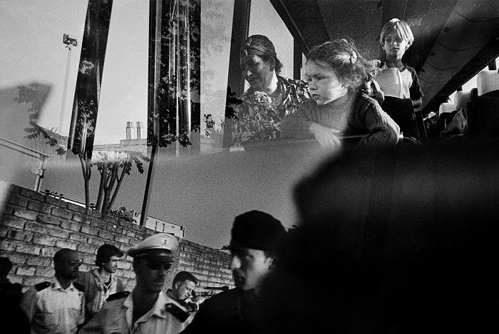 Итальянский фотограф Пьетро Ди Джамбаттиста (Pietro Di Giambattista) получил поощрительную премию конкурса за снимок цыган, сделанный сквозь стекло автобуса.