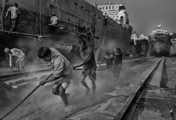 Итальянский фотограф Мауро Де Беттио (Mauro De Bettio) награжден поощрительной премией за кадр с рабочими в трущобном районе Бангладеш.