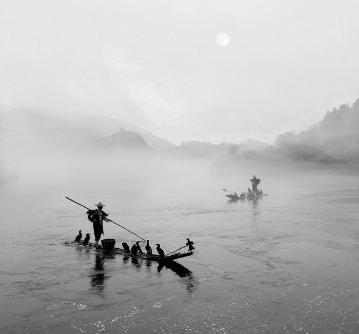 Поощрительной премией конкурса награжден китайский фотограф Девэй Йе (Dewei Ye), запечатлевший рыбаков ранним утром.