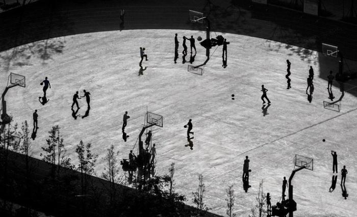 Китайский фотограф Сюэчжун Дуань (Xuezhong Duan) получил поощрительную премию конкурса за монохромный снимок освещенной солнцем баскетбольной площадки.