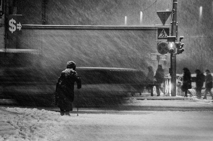 Поощрительной премией отмечена работа французского фотографа Аллы Соколовой (Alla Sokolova), запечатлевшей пожилую женщину на зимнем перекрестке.