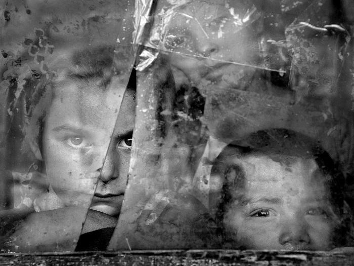 Венгерский фотограф Иштван Керекс (Istvan Kerekes) награжден поощрительной премией за снимок детей, смотрящих через окно с разбитым стеклом.