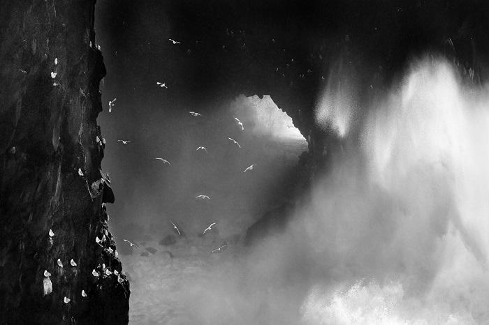 Почетного упоминания удостоился снимок швейцарского фотографа Ромена Торная (Romain Tornay) с вздымающимися волнами на побережье Исландии.