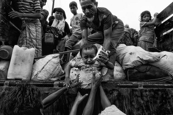 Пронзительный снимок с беженцами из народности рохинджа фотографа Танвейера Хасан Рохана (Tanveer Hassan Rohan) из Бангладеш был отмечен похвальным отзывом.