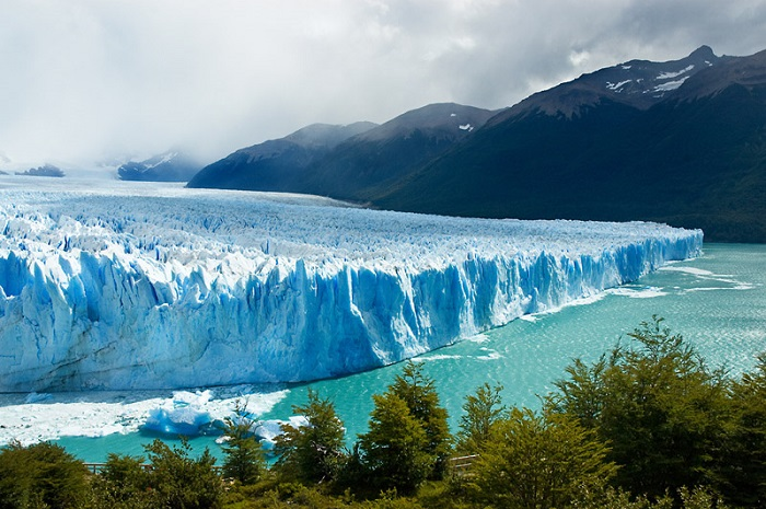 Перито-Морено - один из ледников, которые сползают на аргентинскую сторону с Южного Патагонского ледового плато.