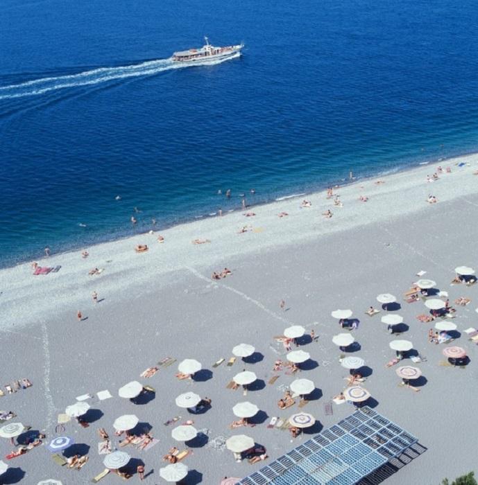 Вдоль всего побережья тянутся широкие галечные пляжи.