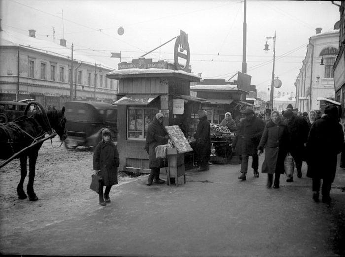 Уличная торговля на Валовой улице.