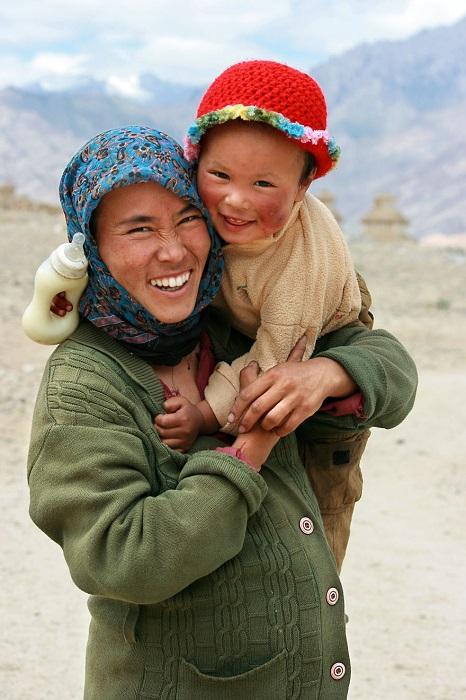 Сияющие улыбки матери и ребенка.
