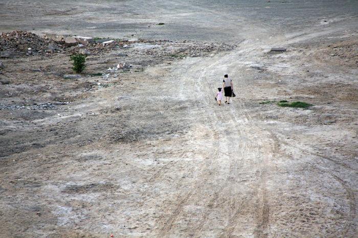 Девочка прогуливается с мамой по старому городу Хиве, расположенному вдоль Шелкового пути.