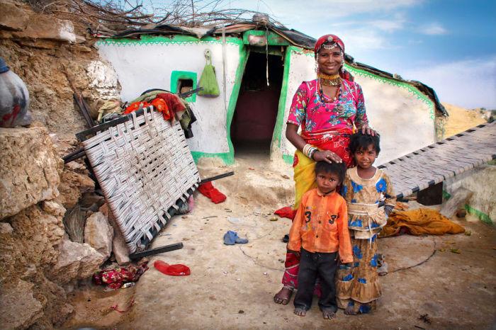 Пуджа путешествует вместе с сыновьями, которые помогают ей устраивать представления с песнями и танцами.