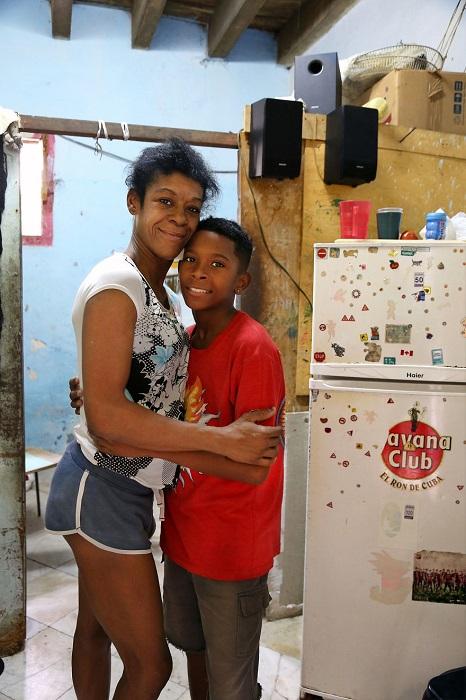 Вивиана вместе со своим сыном Че проживают в доме, расположенном в старой части Гаваны.