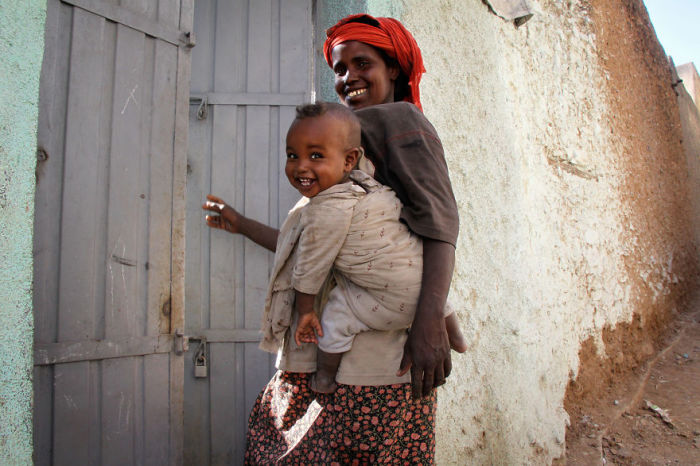 Мать с ребенком возвращаются с прогулки по лабиринтам запутанных улиц древнего города.