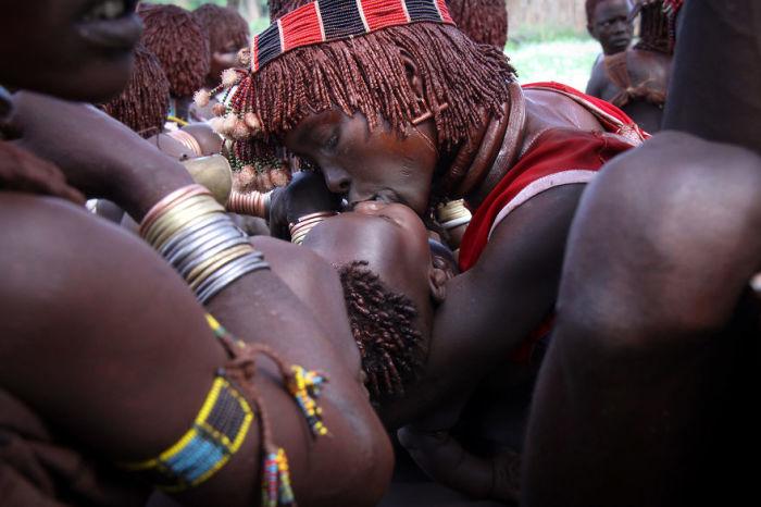 Материнский поцелуй, запечатленный фотографом в лагере людей-хамеев.