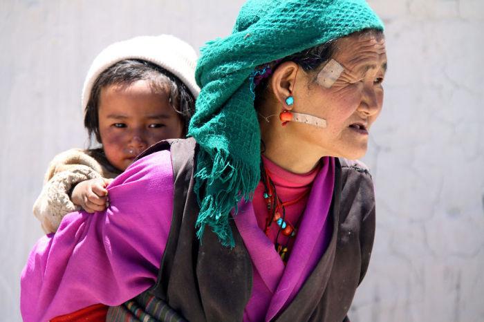 Коренные тибетцы, которые проживают в суровых условиях Тибетского нагорья.