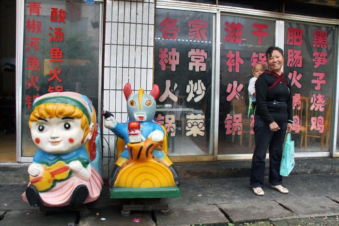 Мамочка с ребенком, встреченные фотографом возле одного из многочисленных китайских кафе.