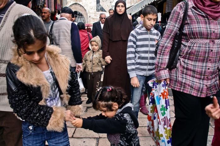 Мама – надежная опора посреди многолюдной толпы в мусульманском квартале Старого Иерусалима.