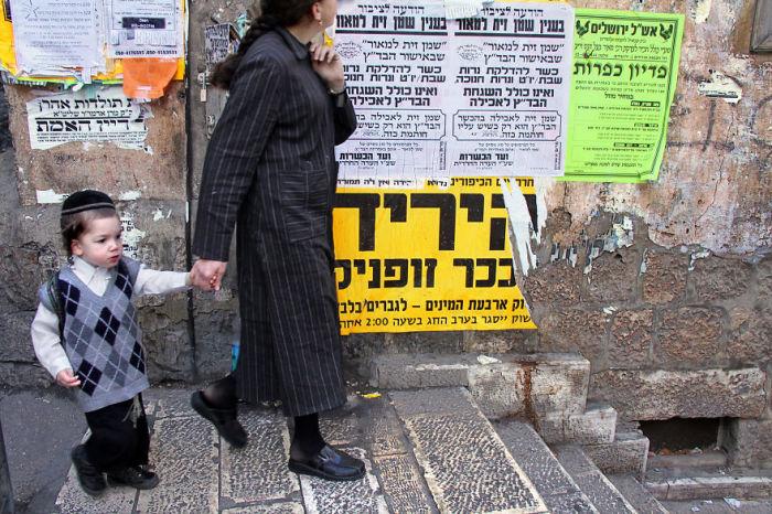 Мать с ребенком, встреченные фотографом в районе Меа Шеарим, где проживают ультраортодоксальные евреи.