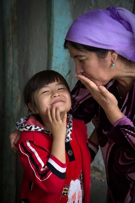 Нежные материнские поцелуи, увиденные фотографом в одном из старых районов Ташкента.