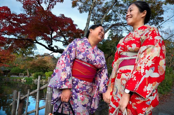Дочка и мама в традиционных нарядах повстречались фотографу в парке Маруяма.