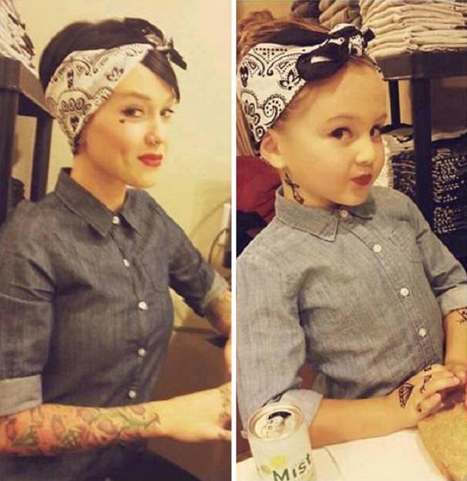 Маленькие девочки восхищаются своими мамами и стараются во всем их копировать.