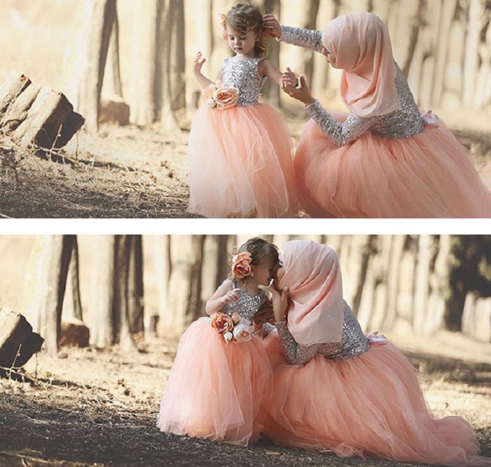 Малышка очень любит одеваться так, как мама.