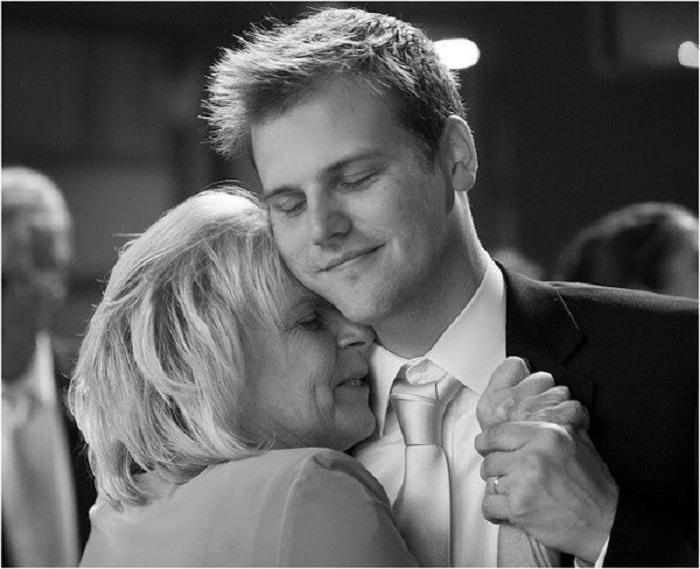 Сынь выглядывает маму в душе видео
