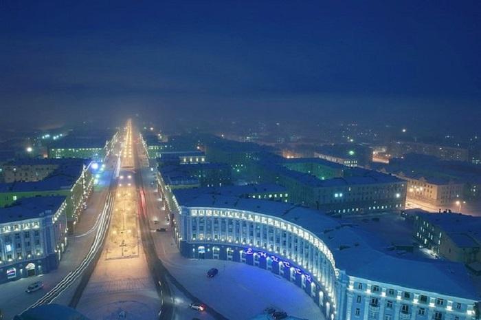 Город окутан сумерками больше двух месяцев, хотя полярная ночь длится 45 суток.