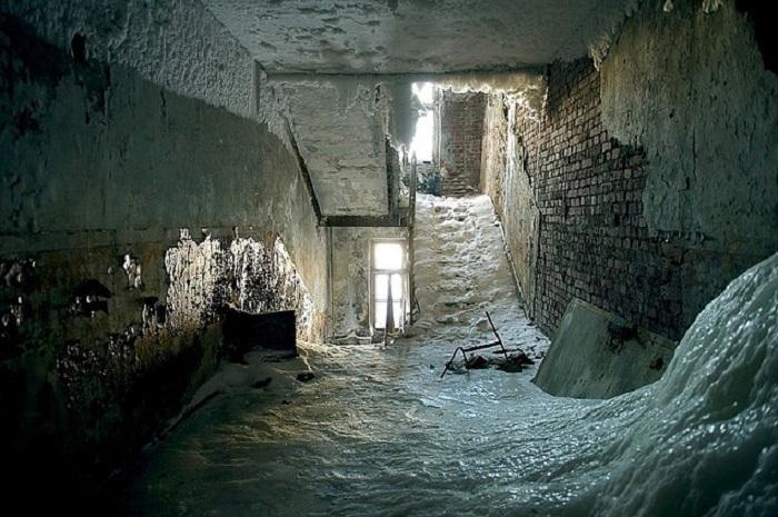 За несколько часов этажи и стены дома сковал толстый слой льда.