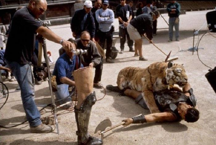 Процесс съемок поединка на арене с бутафорским тигром, хотя в фильме он выглядит практически настоящим.