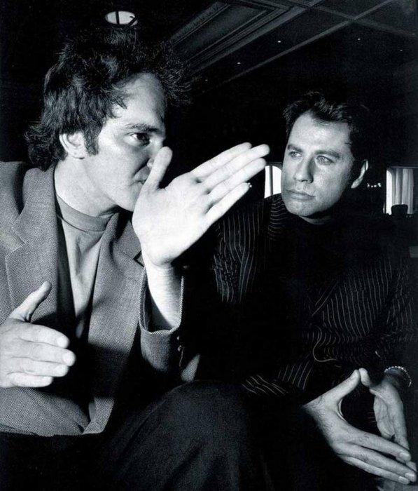 Режиссер Квентин Тарантино и Джон Траволта, сыгравший роль Винсента Веги, обсуждают рабочие моменты на съемочной площадке.
