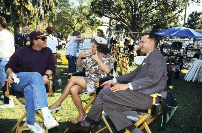 Режиссер фильма Роберт Земекис с актерами Салли Филд и Томом Хэнксом отдыхают на съемочной площадке.