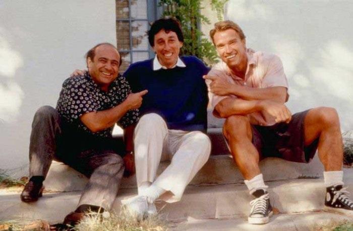 Исполнители главных ролей Дэнни Де Вито и Арнольд Шварценеггер фотографируются с режиссером фильма Айвеном Райтманом.