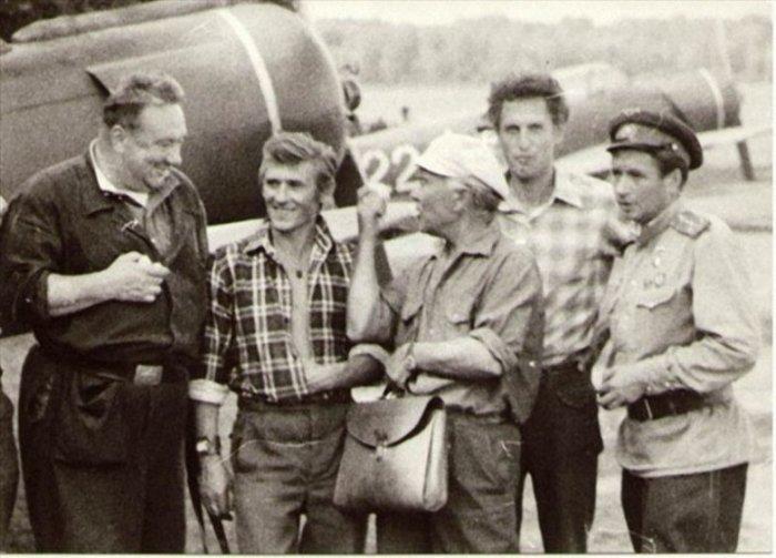 Актерский состав на съемках комедийного фильма о буднях летчиков-истребителей.