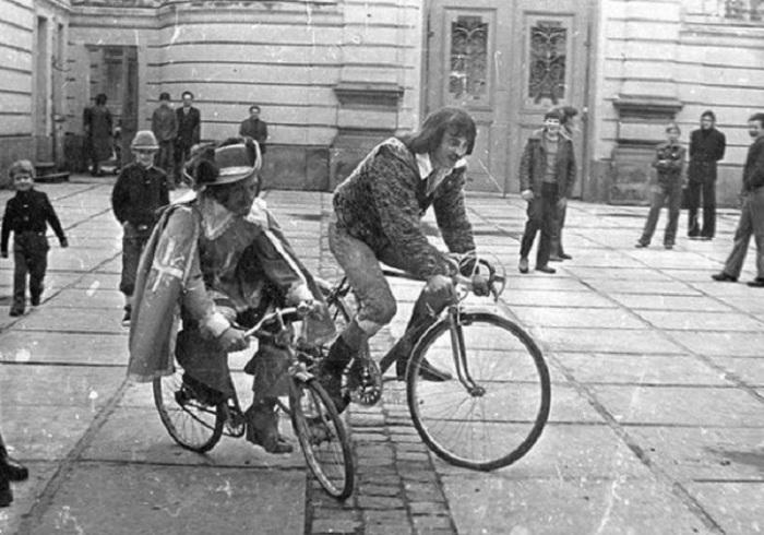 Мушкетеры едут на велосипедах, а через несколько мгновений уже будут мчаться верхом на лошадях.