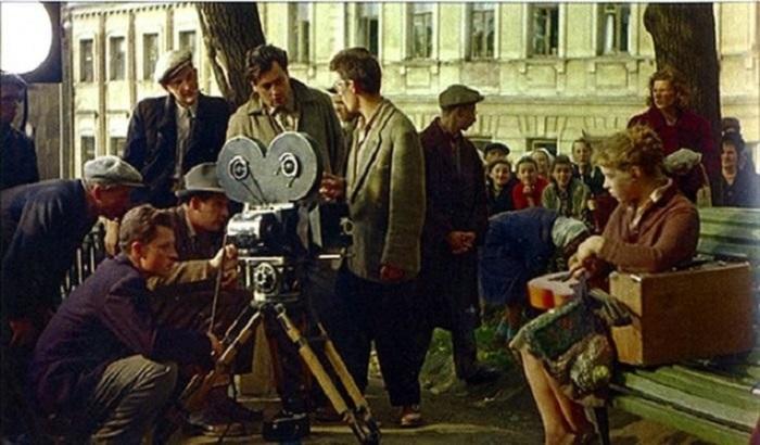 Процесс съемок фильма и раньше привлекал множество интересующихся людей, которые оставались за кадром.