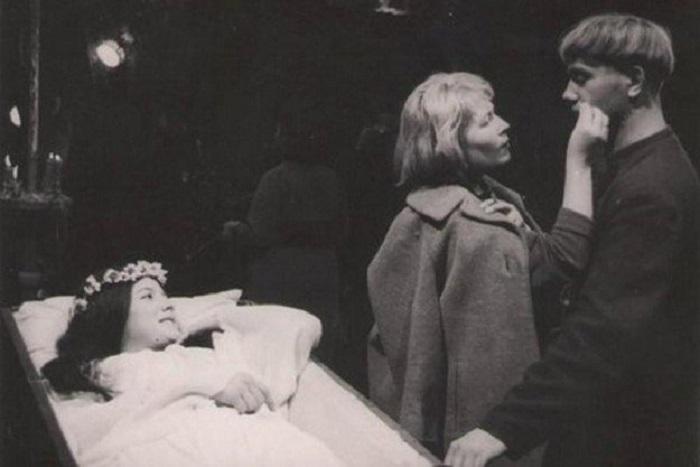 Молодая панночка Наталья Варлей и главный герой фильма бурсак Хома Брут, которого сыграл Леонид Куравлев.
