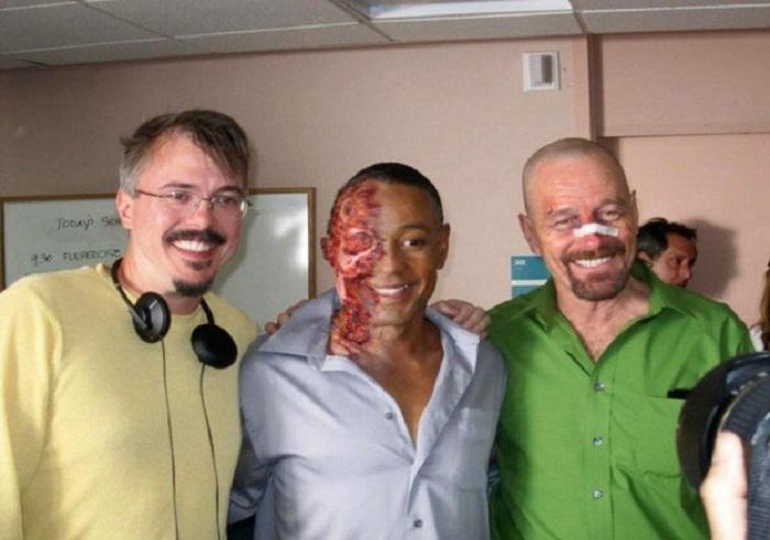 Загримированные актеры позируют на съемочной площадке фильма.