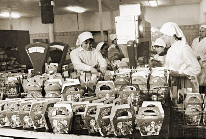 Расфасовка детских новогодних подарков на кондитерской фабрике.