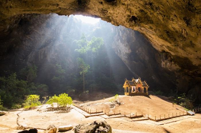 Название означает «гора с 300 вершинами», парк знаменит пещерой, внутри которой находится буддистский храм.