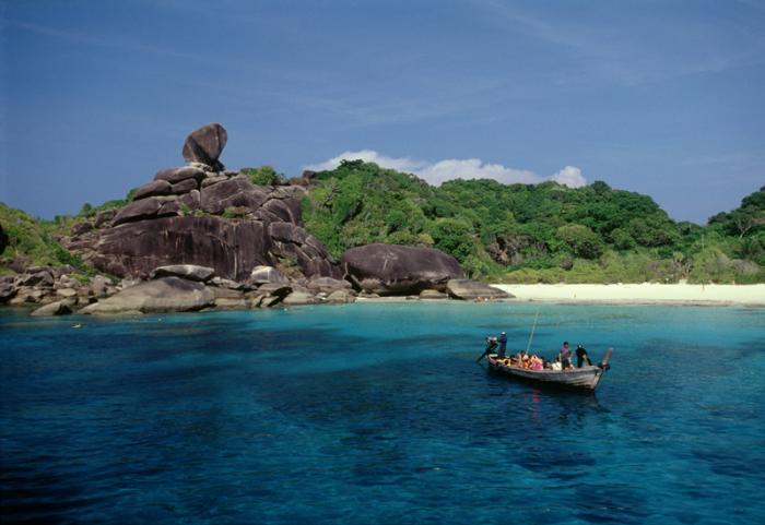 Архипелаг из 11 гранитных островов, увенчанных тропическими лесами, окруженные белыми пляжами и окаймлены коралловыми рифами.