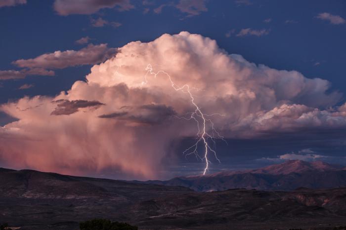 Синий час и молния. Автор фотографии: Джефф Салливан.