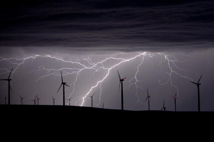 Молния над ветропарком. Автор фотографии: Стив Ленц.