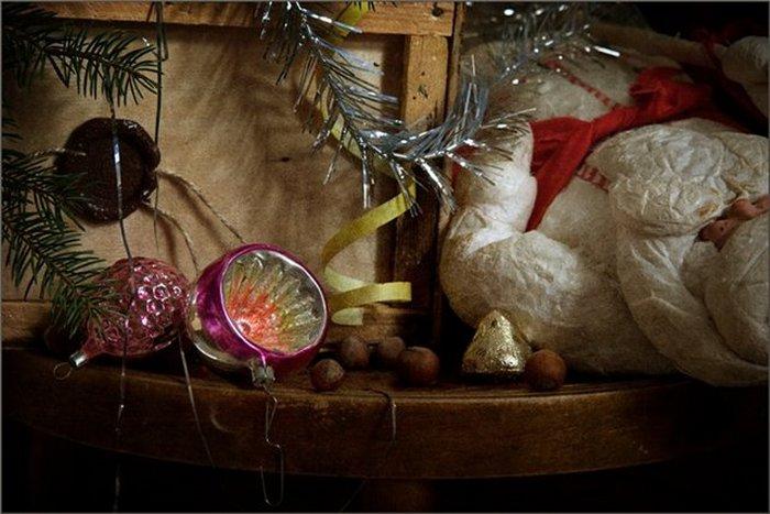 Пришло время для деда Мороза из ваты и стеклянных игрушек из старого посылочного ящика.