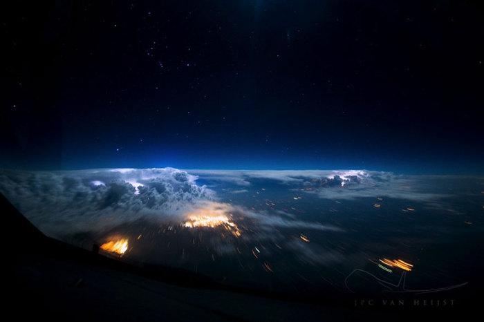 Звездное небо и освещенные изнутри облака.