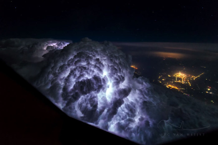 Молнии освещают облака изнутри, снимок сделан во время полета между Пекином и Шанхаем.