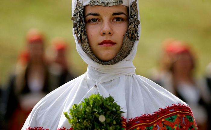 Болгарская девушка в традиционном свадебном платье.