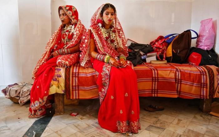 Индийские невесты выбирают традиционный наряд лехенга-чоли чаще всего красного цвета и дополняют его шестнадцатью украшениями с головы до пят по канонам Солах Шрингар.