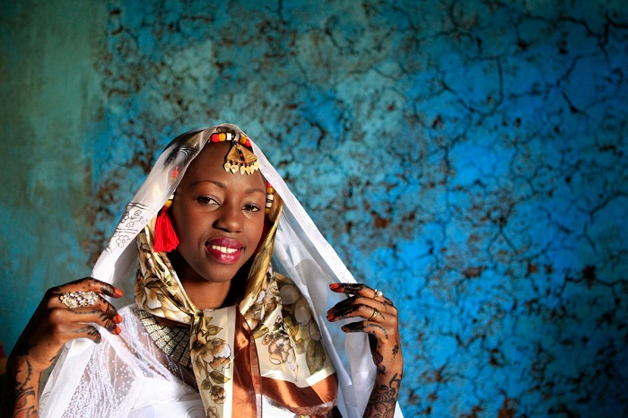 В Нубии невесте одевают цветной платок на голову, прозрачную вуаль на лицо и ещё белую фату, покрывающую голову.
